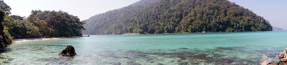 Вид на пляж рядом с палаточным городком