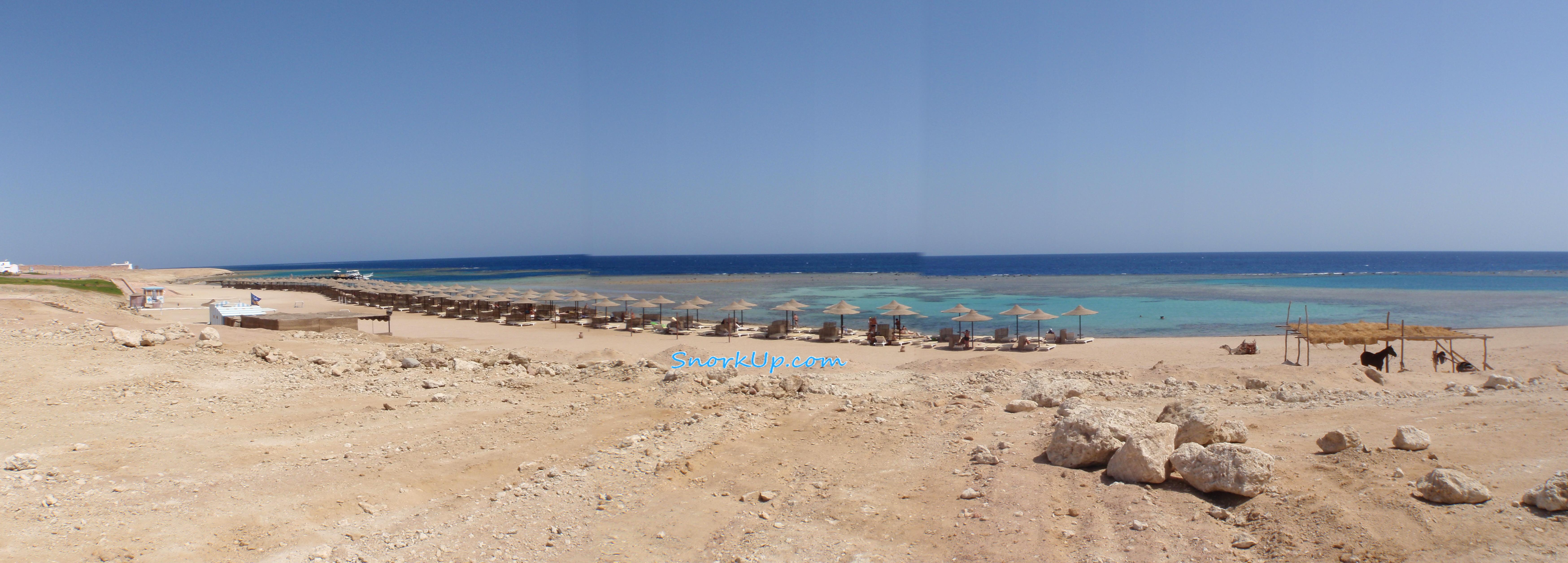 """Панорама пляжа Fantazia Resort. Чуть правее средины - """"домашняя"""" лагуна, еще правее - начало соседней лагуны, вдалеке слева виден катер у пирса."""